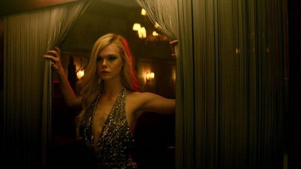 Elle Fanning tem sido apontada como uma boa surpresa de 'Demônio de neon' (Reprodução/Internet)