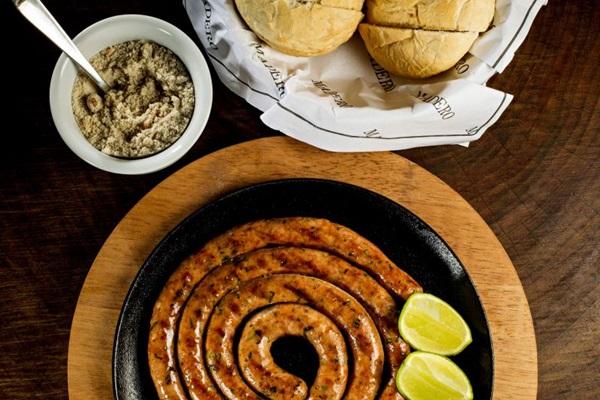Linguiça defumada com pão crocante e farofa exclusiva do Madero: receita foi criada em Ponta Grossa, no Paraná (Nilo Biazetto/Divulgacao)