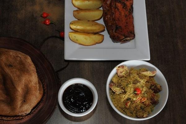 Carne suína fica 12 horas marinando antes de chegar à mesa do Lampião (Bárbara Cabral/Esp. CB/D.A Press )