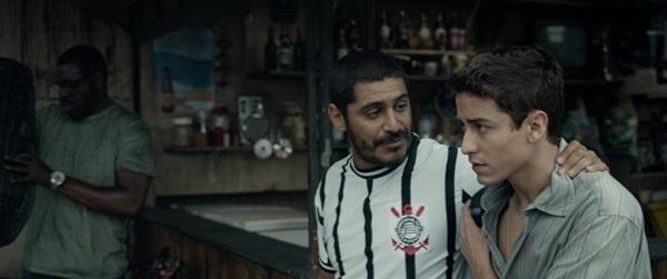 Personagens de Criolo e Jesuíta Barbosa disputam o coração de Laura Neiva em Jonas (Reprodução/Internet)