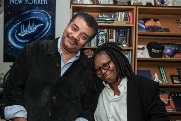 Whoopi ao lado do astrofísico e apresentador Neil deGrasse Tyson (NG Studios/Brandon Royal)