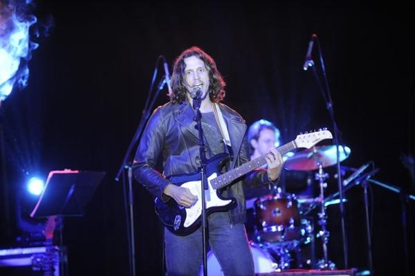 Personagem de Vladimir Brichta em Rock story, Gui Santiago é um astro da música (Globo/João Miguel)