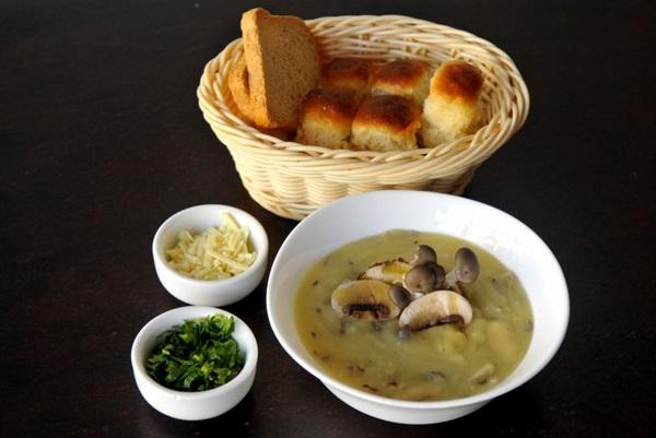 As sopas do Café Savana podem vir no pão ou da maneira clássica