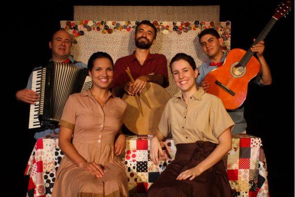 A peça mistura atores e bonecos para contar a história da Santa Dica (Pedro da Silva/Divulgação)