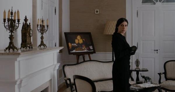 Virginia Cavendish vive professora atormentada em 'Através da sombra' (Reprodução/Internet)