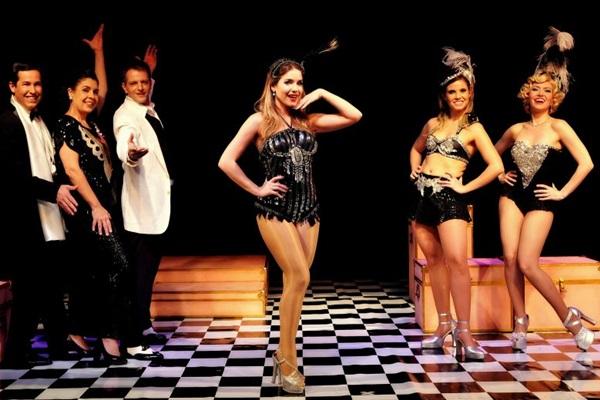 Na peça A garota do biquíni vermelho, Monique exercitava o talento para a comédia (Guga Melgar/Divulgação)