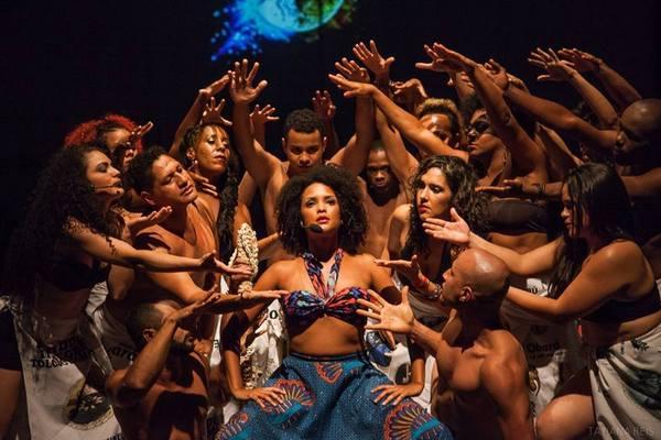 Dança e teatro na apresentação do grupo Cultural Obará (Tatiana Reis/Divulgação)