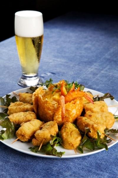 O restaurante Nosso Mar aposta nas iscas de peixe fritas com purê de batata e molho de camarão (Rafael Lobo/Divulgação)