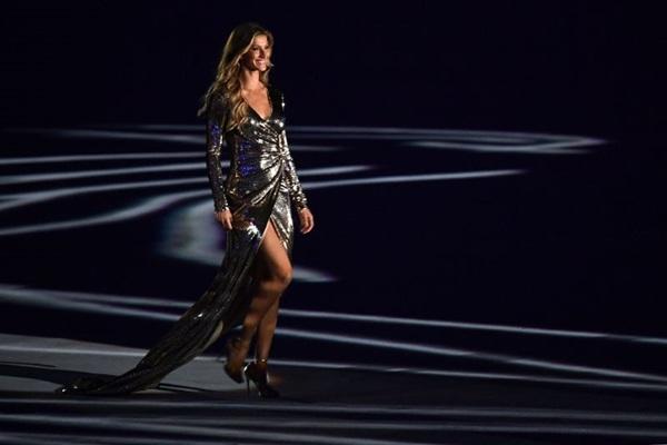 Gisele desfila ao som de Garota de Ipanema na abertura dos Jogos Olímpicos (Franck Fife/Divulgação)