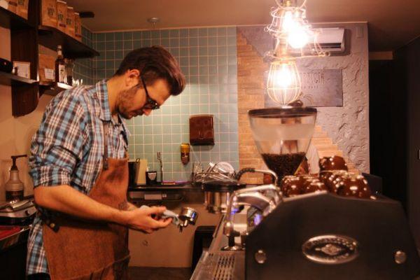 Fabrício Lima prepara café com grãos nobres no 'Seu Patrício - Querido Café' (Bárbara Cabral/D.A Press)