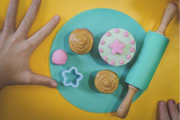 O período de férias pode ser uma ótima oportunidade para despertar as habilidades culinárias dos pequenos (Íris Cruz/ Divulgação)