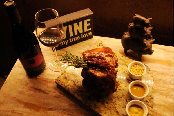 Joelho de porco, novidade no 'IVV Swine Bar', casa onde o casamento de carne suína e vinho acontece com perfeição (Bárbara Cabral/D.A Press)