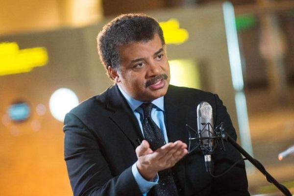 Neil de Grasse Tyson recebe artistas e cientistas em seu talk show (Nat Geo/Divulgação)