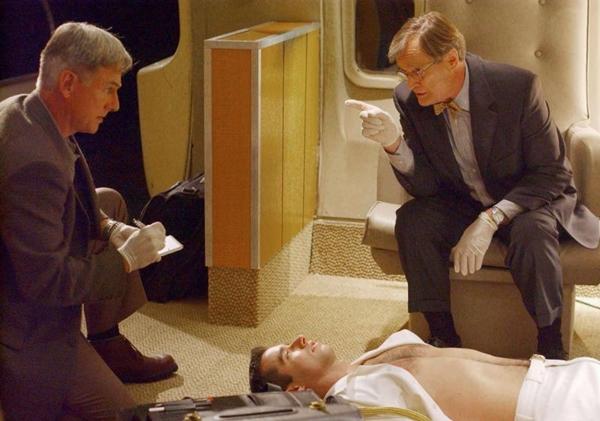 Harmon (à esquerda) em cena da primeira temporada de NCIS, em 2003 (CLIFF LIPSON)