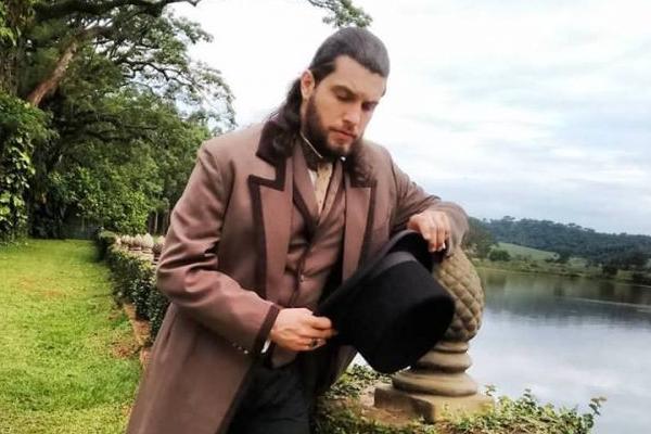 O ator Saulo Meneghetti, que vive um abolicionista, se aprofundou no estudo sobre o século 19 para Escrava mãe (Rede Record/Divulgação)