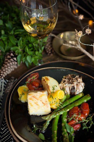 Bacalhau escoltado por confit de mandioquinha, alho assado e demais vegetais no 'Grand Cru'  (Hannah Gopa/Divulgação)