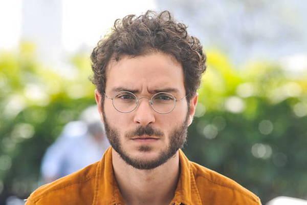 O ator brasiliense, João Campos, interpreta o jornalista Élio em 'A Lei do Amor' (Reprodução/Internet)