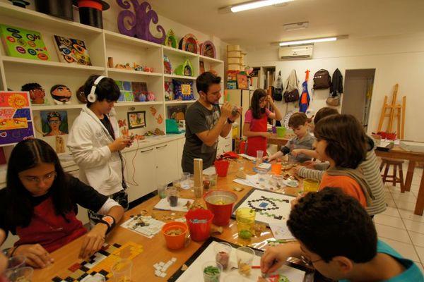 Na colônia de férias do 'Instituto de Artes Daniela Jorge', as crianças participam das atividades de modelagem,pintura,desenho e colagem. (Regina Dalcastagne/Divulgação)