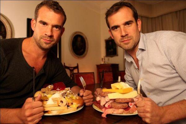 Gêmeos Van Tulleken, em 'Comer para viver, viver para comer' (BBC Earth/Divulgação)
