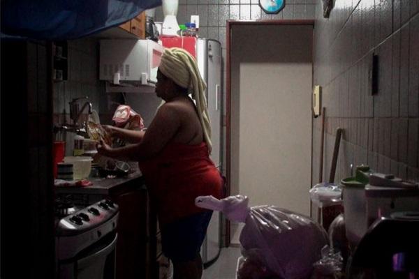 A câmera de sete adolescentes registra o trabalho doméstico  (Gabriel Mascaro/Divulgação)