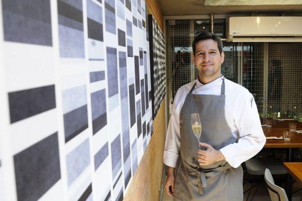 André Castro, chef do Authoral, tem formação em sommelier e indica cava para combinar com entradas da casa (Jhonatan Vieira/Esp. CB/D.A Press)