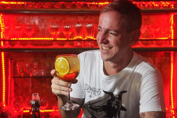 A vida em vermelho: Marcelo Galo e o drinque La Rubia spritz, exclusivo do La Rubia Café (Minervino Junior/CB/D.A Press)