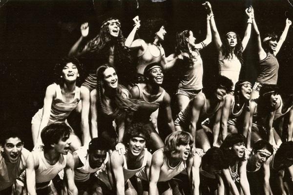 Elenco da peça Veja Você Brasília, dentre os atores, Cássia Eller, penúltima no chão, à direita (Arquivo Pessoal)