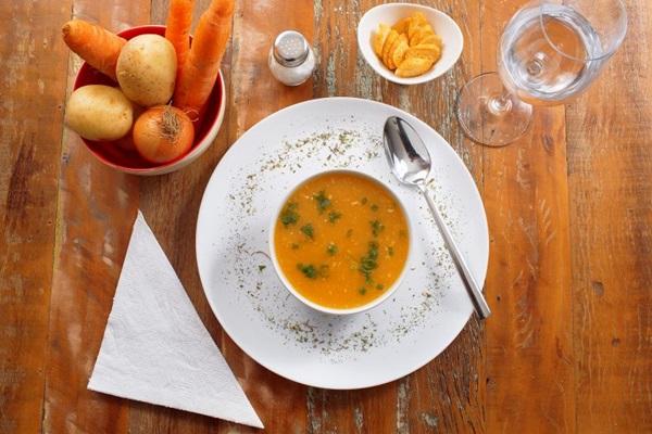 Sopa de legumes com frango feita pela NutriVitae (Sérgio Apolonio/Divulgação )