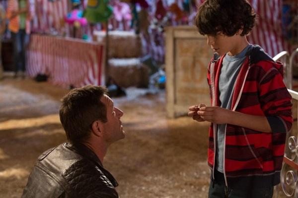 Em 'Dominação', Aaron Eckhart é um cientista que expulsa demônios do corpo do garoto Cameron (PlayArte/Divulgação)