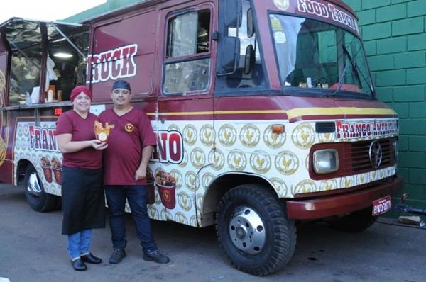 Em um micro-ônibus adaptado, Josiane Alves de Araújo e Edimar Wagner Fonseca vendem frango aos moldes americanos em Samambaia (Bárbara Cabral/Esp. CB/D.A Press)