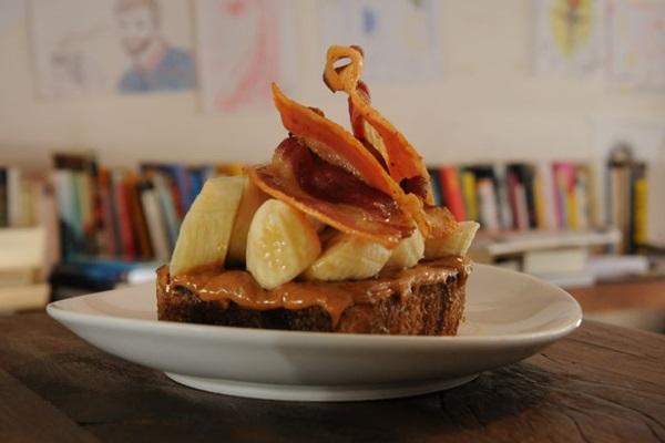 Torrada, manteiga de amendoim, banana, mel e bacon são a combinação deste prato, do Dylan Café (Bárbara Cabral/Esp. CB/D.A Press )