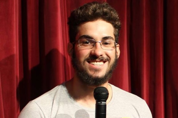 Fernando Sardinha mescla o texto do espetáculo com a arte do improviso  (Arquivo Pessoal)