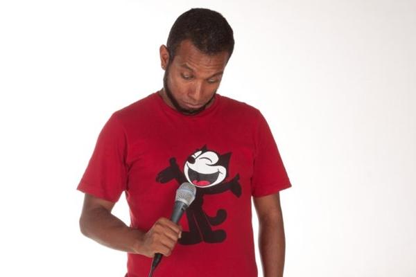 Edson Duavy usa ironia e improviso em suas apresentações (Karina Santiago/Divulgação)