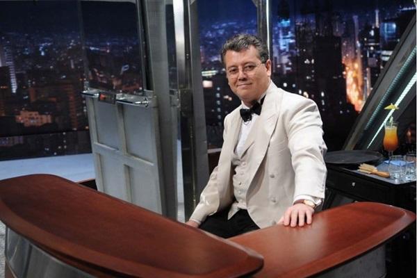 Garçom Alex do Programa do Jô acompanha o apresentador há 25 anos. (Agência O Globo/Divulgação)