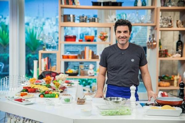 Edu Guedes gosta de cozinhar coisas simples, mas benfeitas: %u201CIsso é difícil%u201D (Rede TV/Divulgação)