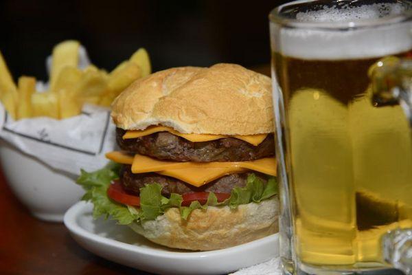 O chope é uma ótima pedida para acompanhar o hambúrguer de cordeiro no Madero (Ed Alves/CB/D.A Press)