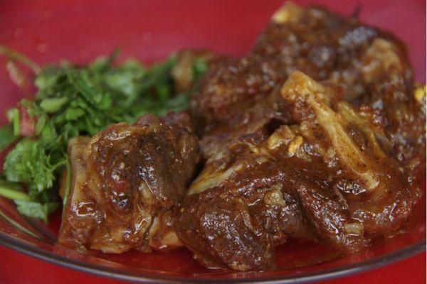 Vários pratos com bode e carneiro são servidos na Barraca da Galega (Ana Rayssa/Esp. CB/D.A Press)