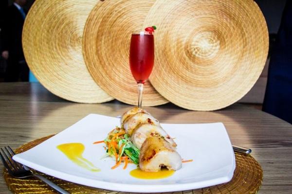 Filé de pirarucu recheado com farofa de castanha-do-brasil é opção no restaurante Capim Dourado  ( Ana Morena/Divulgação)