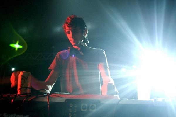 Djs Ops é um dos responsáveis por comandar pista com hits carnavalescos e sonoridades latinas  (Gabriel Bursztyn/Divulgação)
