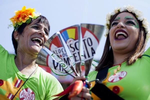 Bloco Sargento Pimenta costuma tocar para grande grupo de foliões no carnaval de rua (Gabriel Santos/Riotur)