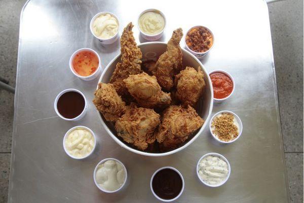O big balde do BFC vem com um frango inteiro, cortado e empanado (Ana Rayssa/Esp. CB/D.A Press)