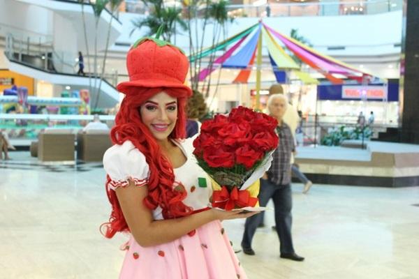 Moranguinho precisa encontrar as flores a tempo do festival da cidade  (Saula Souza/Divulgação)