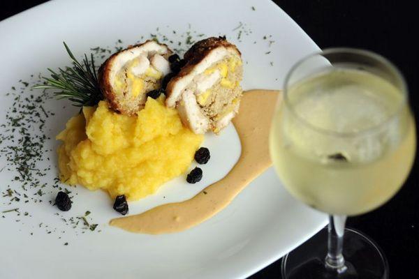 Prato de Filé de frango recheado com farofa de ovos e uvas-passas, do Café Savana (Bruno Peres/CB/D.A Press)