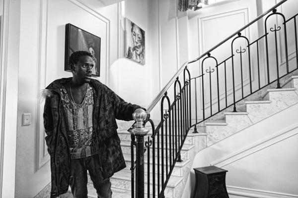 Vindo das artes plásticas e da literatura, o cineasta Sibs Shongwe-La Mer imprime estilo na estreia em longas (Fênix Filmes/Divulgação)