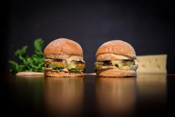Hambúrguer artesanal do Cerradus Burger, em Valparaíso, com pão de milho e disco de frango temperado (Pedro Augusto Ferreira/Divulgacao)