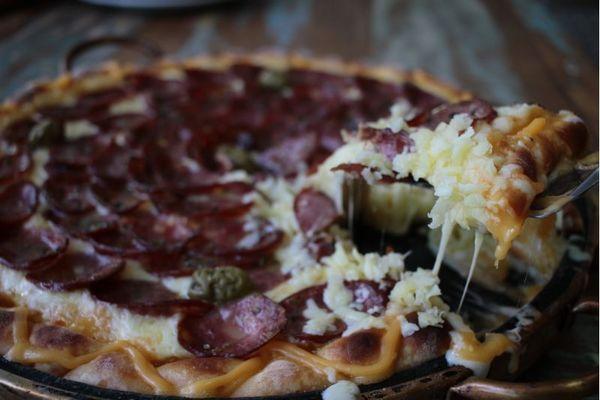Redonda de calabresa, a estrela do menu da Pizzaria Max Burguer, em Santa Maria (Ana Rayssa/Esp. CB/D.A Press)