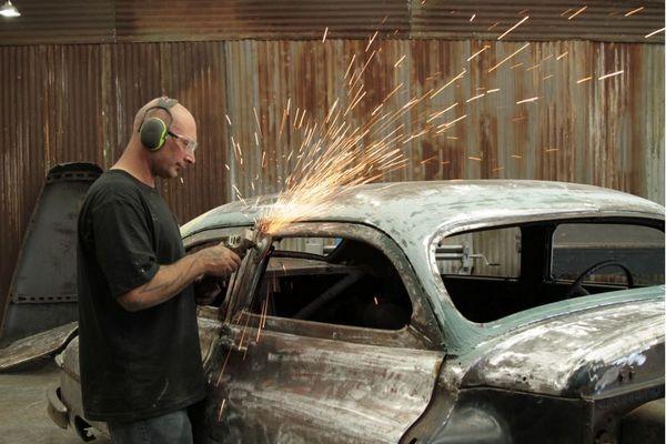 Ian Roussel  gosta de trabalhar com sucata em 'Mestre do metal' (Discovery Turbo/Divulgação)