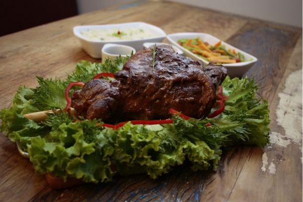 No restaurante O Cordeiro, ovino ganha destaque. Na foto, pernil assado com ervas e vinho (Ana Rayssa/Esp. CB/D.A Press)