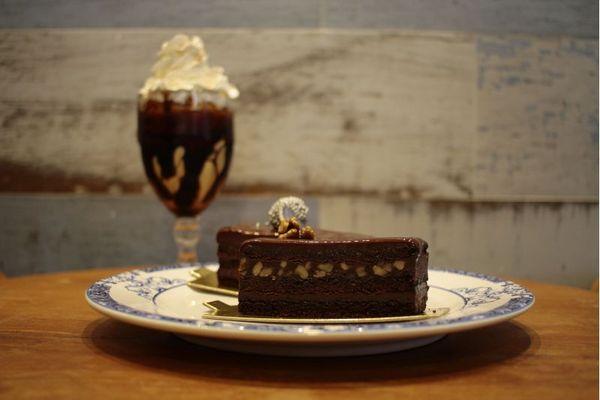 O Coffe shake e o Intenso de chocolate são uma boa combinação para quem busca um doce na Potiguar Confeitaria  (Ana Rayssa/Esp. CB/D.A Press)