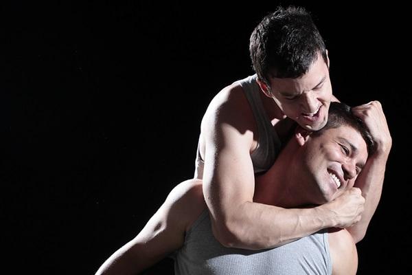 Renan Mendes e Thiago Cazado estrelam a peça Enquanto Todos Dormem, em cartaz no Teatro da Escola Parque 308 Sul (Marcus Valdetauro/Divulgação)